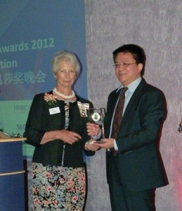 Mr. Cai Hai, GM of Overseas Divison, Hytera receives the Windsor Award from Mary Bayliss, the Lord Lieutenant of the Royal Berkshire