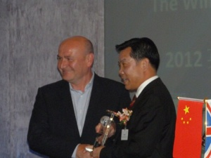 Paul Priestman, Director of Priestmangoode, received the award from Mr. Qiu Jibao, Vice-Chairman of China Chamber of International Commerce
